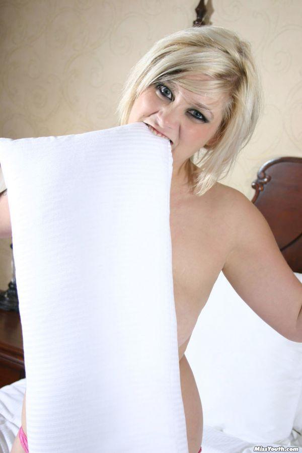Sharlyn se desnuda en su cama para mostrar su cuerpo 5