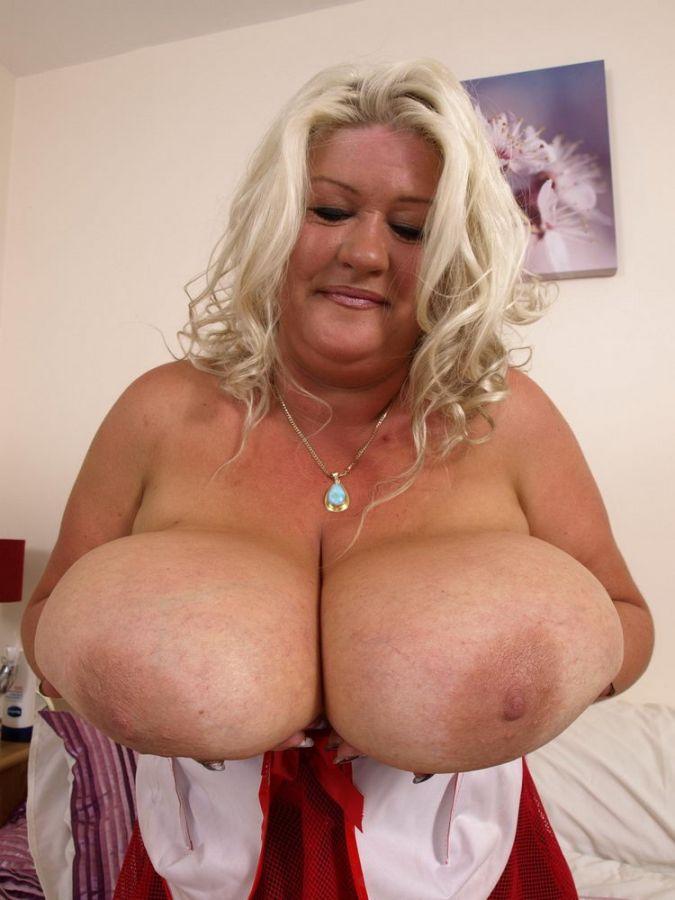 Chica jugando con grandes tetas
