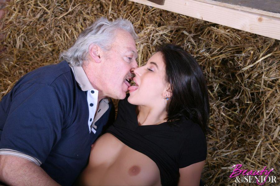 Lo filmaron teniendo sexo con una oveja en un granero