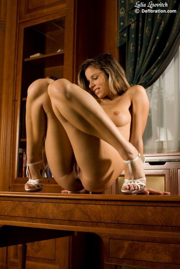 Posando desnudo en la mesa