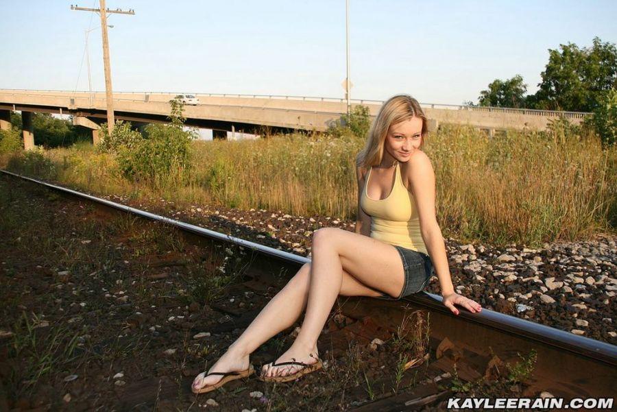 Hermosa Rubia Ojos Azules Posando Desnuda Via Del Tren