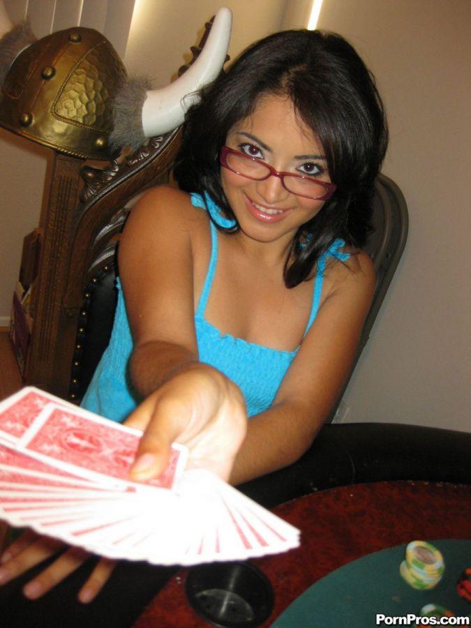 Videos porno - Jugando al strip poker - Nora Barcelona