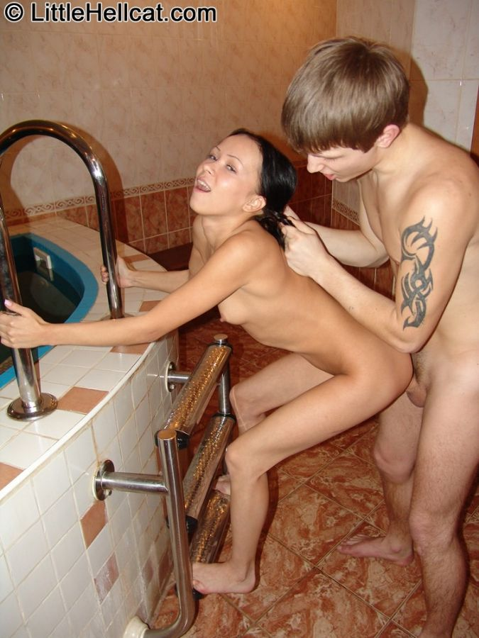 Masturbndose en la sala de la colada - Canalpornocom