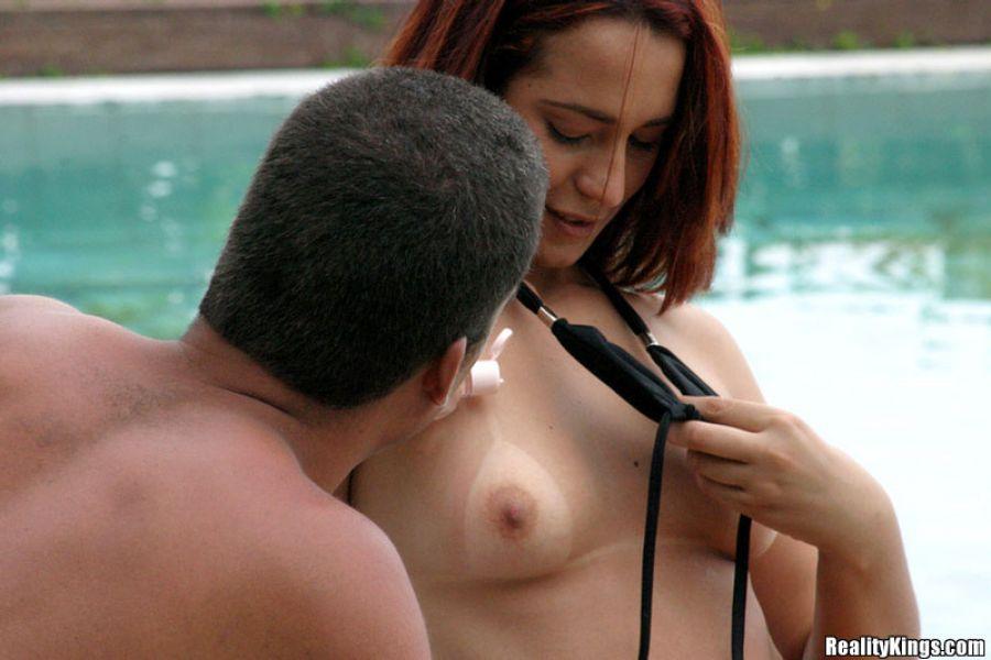 Pareja follando en una piscina