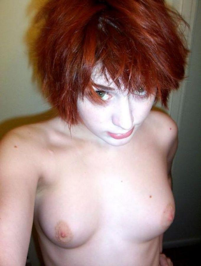 Desnuda Cubri Ndose El Pecho Posando De Cara Y Espaldas Con